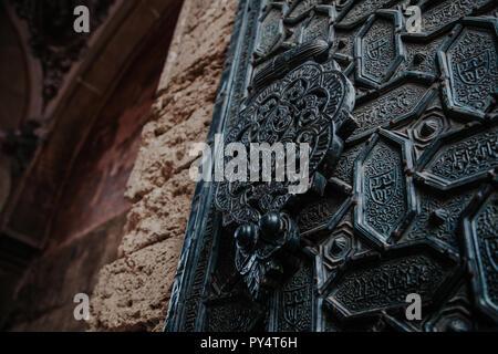 Détail de la mosquée de Cordoue sculpté porte en métal avec les clients musulmans. Banque D'Images