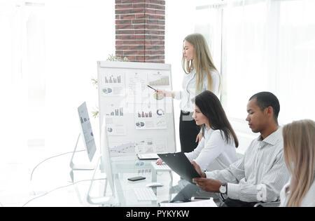 Business Woman making présentation aux partenaires d'affaires Banque D'Images
