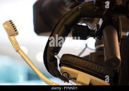 Caméra vidéo sur un trépied, écouteurs Banque D'Images