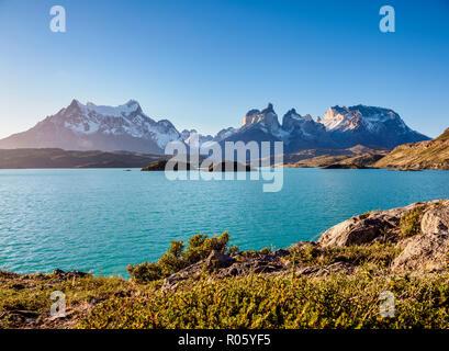 Vue sur le Lac Pehoe vers Paine Grande et Cuernos del Paine, Parc National Torres del Paine, Patagonie, Chili Banque D'Images