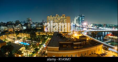 Le Caire, Égypte - 5 novembre, 2018: Vue aérienne de l'hôtel Marriott Zamalek et environs dans la nuit. Banque D'Images