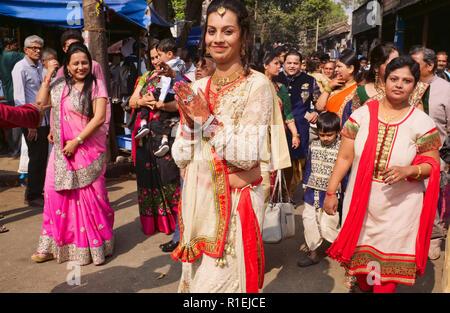 Un Gujarati mariage en Touraine, une banlieue de Mumbai, Inde, les déversements dans la rue, la mariée haut de l'avant avec les mains au henné traditionnellement peints Banque D'Images