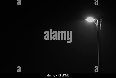 La lumière de la lampe de rue avec une toile d'araignée dans la nuit Banque D'Images