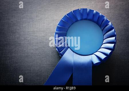 Rosette Prix Bleu de rubans et de copier l'espace sur fond noir Banque D'Images