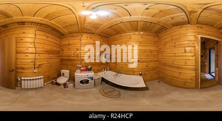L'intérieur de la salle de bains dans une maison en bois, poutres de 360vr panorama sphérique Banque D'Images
