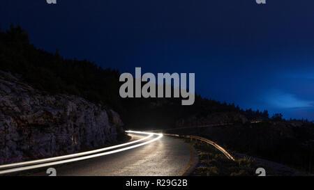 En fin de soirée sur l'Hymette montagne, lors d'une froide journée d'hiver, à Athènes, Grèce. Banque D'Images