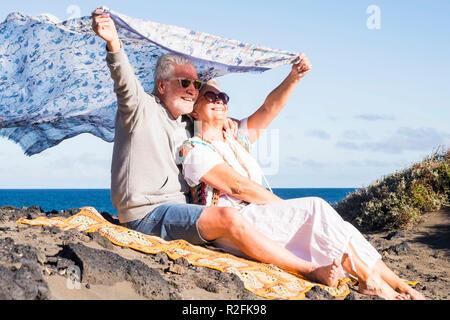 Senior couple in love forever ensemble ont embrassé la joie séjour sur la côte de l'océan à Ténérife. enjoyng locations avec la liberté et le style hippie vêtements. belle vie pour personnes âgées Banque D'Images