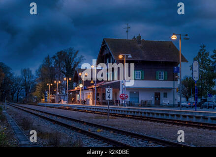 Lonely train station in Diessen am Ammersee la nuit, Dießen, Bavaria, Germany, Europe Banque D'Images