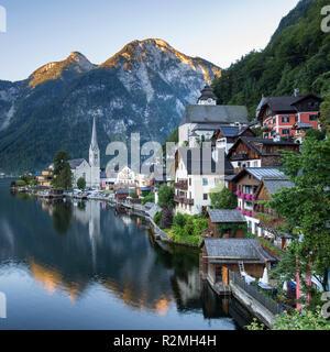 Lever de soleil sur l'Hallstatt, UNESCO World Heritage, Salzkammergut, Hallstätter See, Haute Autriche, Autriche Banque D'Images