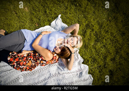 Deux mid-adult woman lying on a blanket on. Banque D'Images