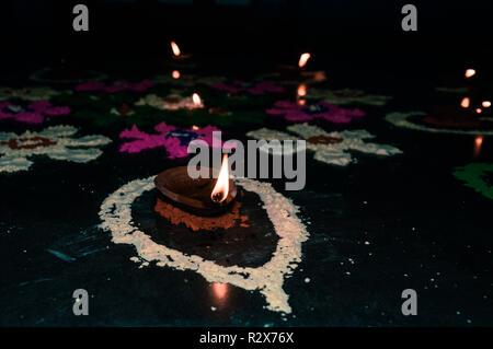 Happy Diwali, le festival affiche décoration fond isolé. Creative lampes à huile avec ornement décoratif. Avec l'arrière-plan coloré brillant, lumineux Banque D'Images