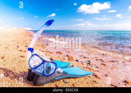 Masque et des palmes. Des équipements de plongée avec tuba et d'une mer bleue Banque D'Images