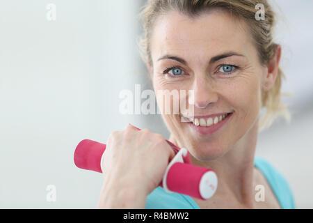Portrait of mature woman lifting dumbbells fitness Banque D'Images