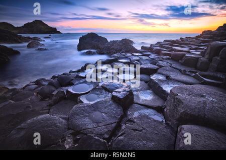 Coucher de soleil sur la formation des roches Giants Causeway, comté d'Antrim, en Irlande du Nord, Royaume-Uni Banque D'Images