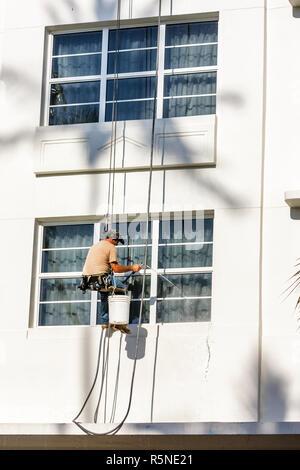 Floride Miami Beach Ocean Drive building échafaudage suspendu homme faisceau lave-glace d'ouvrier nettoyeur hauteur oc dangereuses Banque D'Images