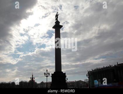 La silhouette de la colonne Alexandre, à la place du Palais, à Saint-Pétersbourg. C'est le plus grand et le plus lourd monument autonome dans le monde, et est le point central de la place du palais qui est bordée par le musée de l'Ermitage et l'état-major général des capacités. Banque D'Images