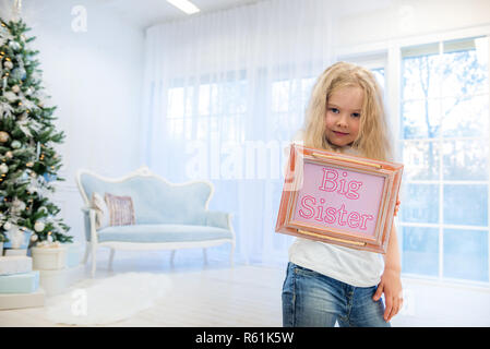 Cute Girl standing near Christmas Tree Banque D'Images