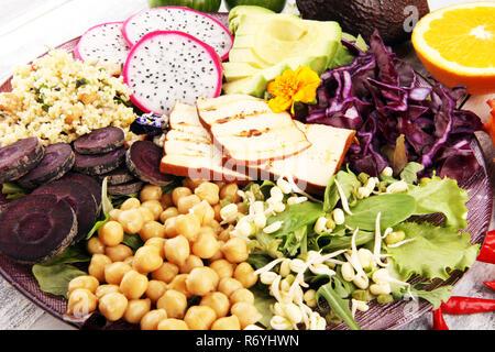 Tofu grillé et de fruit du dragon bol bouddha avec légumes et d'humus. Banque D'Images