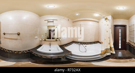 MINSK, BELARUS - 2 mars, 2013: 360 degrés entièrement sphériques panorama équirectangulaire transparente en projection équidistante, panorama de l'intérieur de salle de bains Banque D'Images