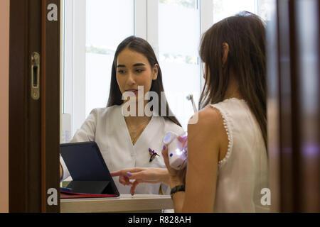 Portrait femme à la réceptionniste au document sur la tablette Banque D'Images
