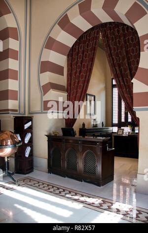 Le bureau du concierge dans le hall de l'époque coloniale britannique, l'hôtel Old Cataract Aswan, Égypte. Banque D'Images