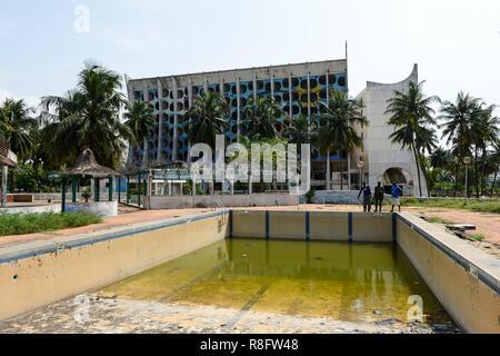 TOGO, Lomé, abandonné l'Hôtel de la paix sur le Boulevard du Mono, construit en 1970'íes, managed by Pullman Groupe / verlassenenes Hôtel des Friedens Banque D'Images