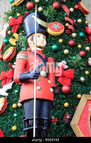 Affichage jouet géant de soldat à Sao Paulo. Le Brésil. Noël . Noël. Décorations Banque D'Images