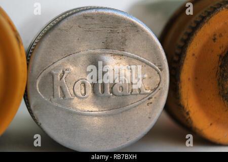Rouleaux de film Kodak metal cas isolé sur fond blanc Banque D'Images
