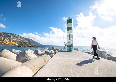 Le phare vert et blanc à Funchal, Madère, Portugal Banque D'Images