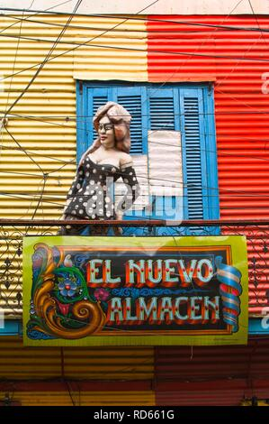 Statue féminine sur un balcon, El Caminito street, quartier La Boca, Buenos Aires, Argentine, Amérique du Sud Banque D'Images