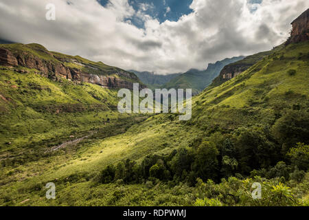 Ciffs et montagnes sur la Thukela randonnée vers le bas de la Tugela Falls de l'Amphithéâtre dans le Parc National Royal Natal, Drakensberg, South Afr Banque D'Images