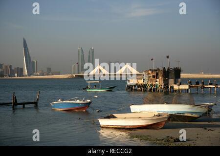 Horizon de la Corniche vue de King Faisal Highway, côté Muharraq, World Trade Center, à gauche, à côté des tours Banque D'Images