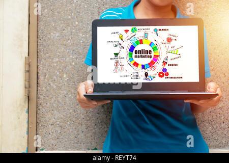 Marketing en ligne Stratégie de mise en réseau numérique Vision Concept. La femme tient son portable. Trouver de l'information par ordinateur portable. Graphique pour obtenir des inf Banque D'Images