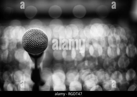 Noir et blanc de Microphone sur arrière-plan flou Banque D'Images