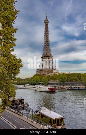 La vue de Passy , la Tour Eiffel s'élève au-dessus de la Seine, avec des bateaux au premier plan amarré le long de la rivière ,Paris Banque D'Images