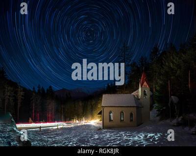 Belle nuit en hiver Alpes du Sud avec l'église et de l'star trails Banque D'Images