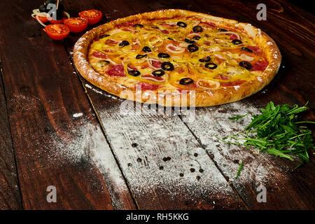 Délicieuse Pizza aux légumes et fromage sur une table en bois Banque D'Images