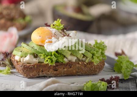 L'avocat fait maison du pain sandwich œuf poché, photographie alimentaire Banque D'Images