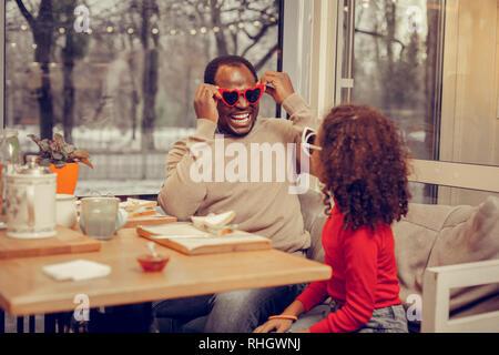 Père et fille d'avoir beaucoup de plaisir tout en portant des lunettes de soleil Banque D'Images