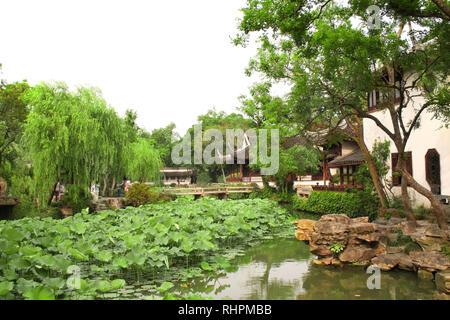 Pavilion, étang avec des lotus et des ponts dans le jardin de l'Humble Administrateur à Suzhou, Chine. Jour d'été Banque D'Images