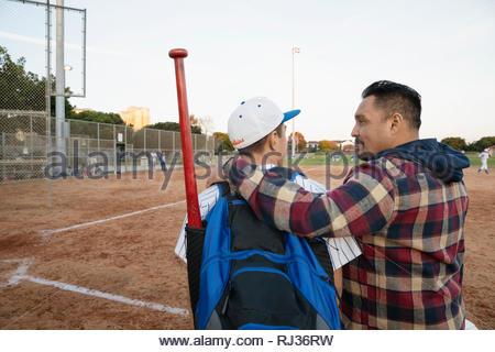 Latinx père et fils joueur de baseball sur terrain Banque D'Images