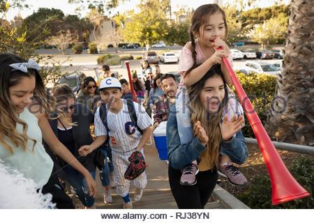 Latinx joueur de baseball et de la famille d'arriver à jeu Banque D'Images
