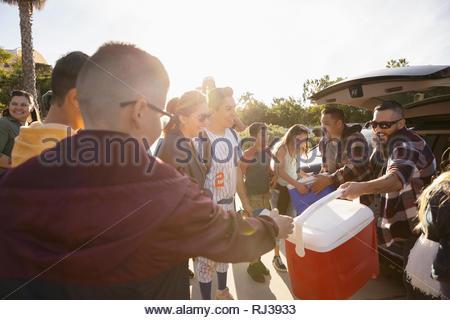 Latinx joueur de baseball et de la famille sous le soleil de stationnement Banque D'Images