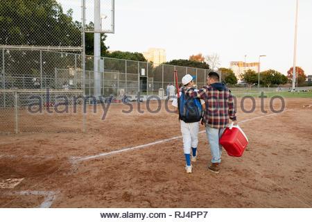 Joueur de baseball et le père arrivant sur le terrain Banque D'Images