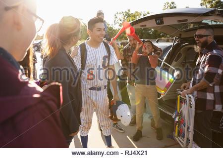 Latinx Famille avec le joueur de baseball au parc de stationnement Banque D'Images