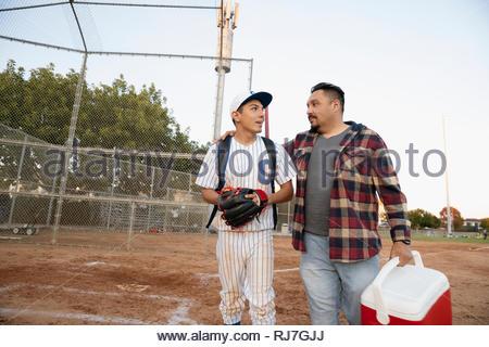 Latinx père et fils joueur de baseball sur domaine Banque D'Images