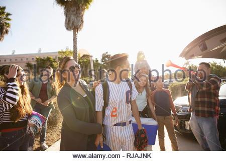 Joueur de baseball et de la famille sous le soleil de stationnement Banque D'Images