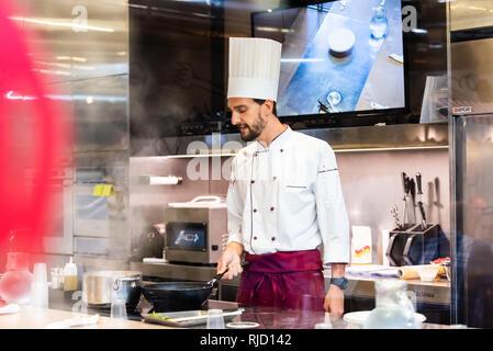 Florence, Italie - 30 août 2018: Cuisine restaurant in Firenze Mercato Centrale marché central avec cook cuisinier préparer food cooking class Banque D'Images