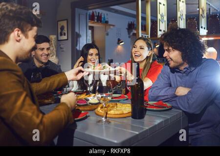 Les amis de manger à un dîner lors d'une réunion dans un restaurant. Banque D'Images