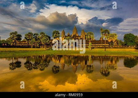 Vue d'Angkor Wat avec étang. C'est le plus grand monument religieux du monde. Son nom signifie ville qui est un temple; le Cambodge. Banque D'Images